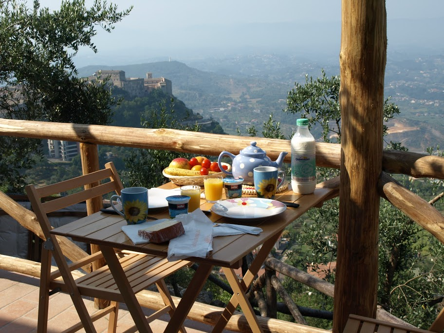 Frokost på terrassen med fantastisk utsikt