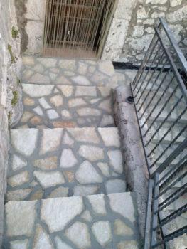 Ny restaurerte trapper murt opp med sandstein